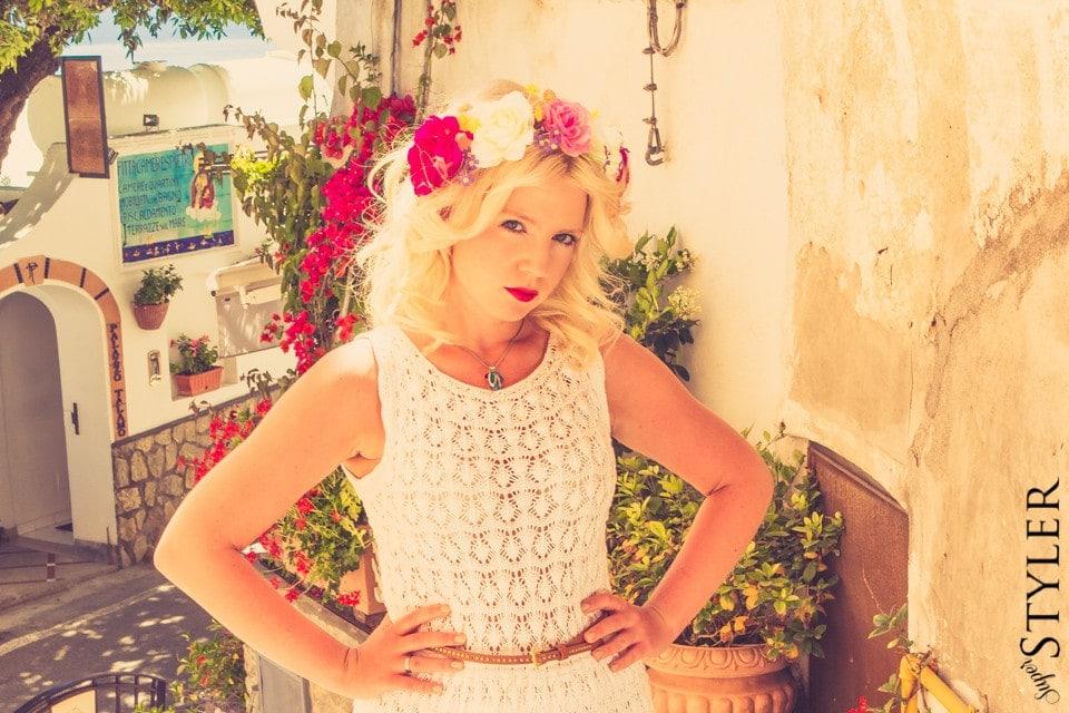 biała sukienka,dzianina,sukienka Zara,sukienki na lato,sukienka z dzianiny,zwiewna sukienka,hippie style,opaska do włosów z kwiatów,sukienka na plażę