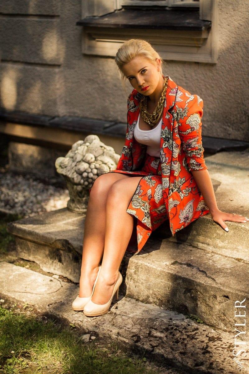 garsonka,komplet,kostium,marynarka,dwurzędówka,kwiatowe printy,printy na ubraniach,biżuteria lata 90-te,kok banan,spódnica ołówkowa,trendy 2013,jesień 2013