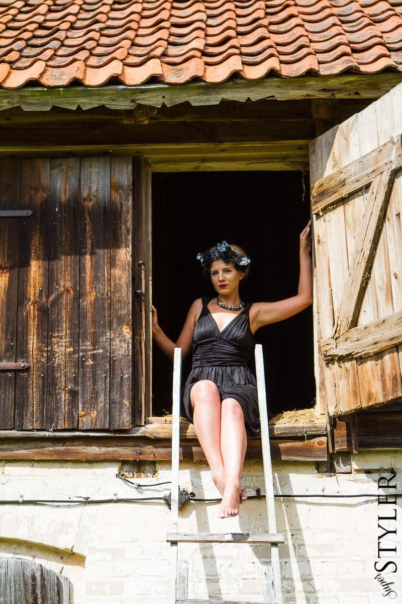 czarna sukienka,sukienka,sukienka Burberry,Burberry,mała czarna,wianek,opaska z kwiatów,usta ombre,buty na koturnie,czarne koturny,sukienka letnia,sukienka na lato,2013,Coyoco