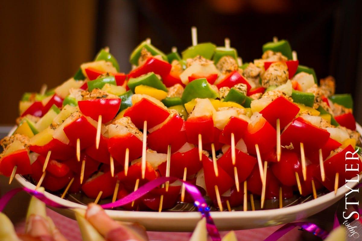pomysł na przystawki,dania na imprezę,potrawy na imprezę,przystawki na imprezę,menu na imprezę,party menu,koreczki,menu do jedzenia palcami,jedzenie palcami,jedzenie na przyjęcie,przystawki,roladki z łososiem,melon z szynką parmeńską,szaszłyki z kurczaka,koreczki przepisy,przystawki przepisy