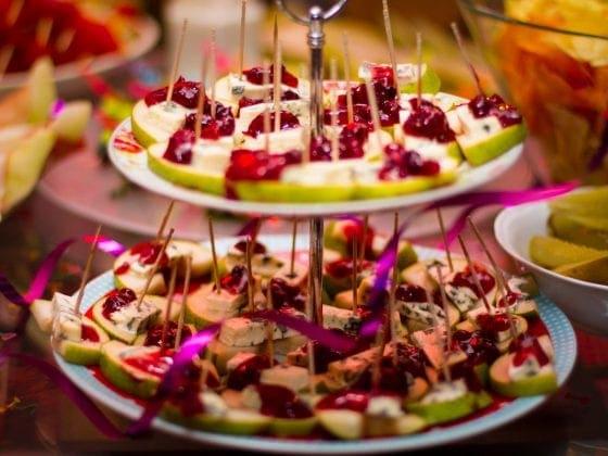 dania na imprezę,potrawy na imprezę,przystawki na imprezę,menu na imprezę,party menu,koreczki,menu do jedzenia palcami,jedzenie palcami,jedzenie na przyjęcie,przystawki,koreczki z gruszki,koreczki z sera mozarella,śliwka w boczku,koreczki przepisy,przystawki przepisy