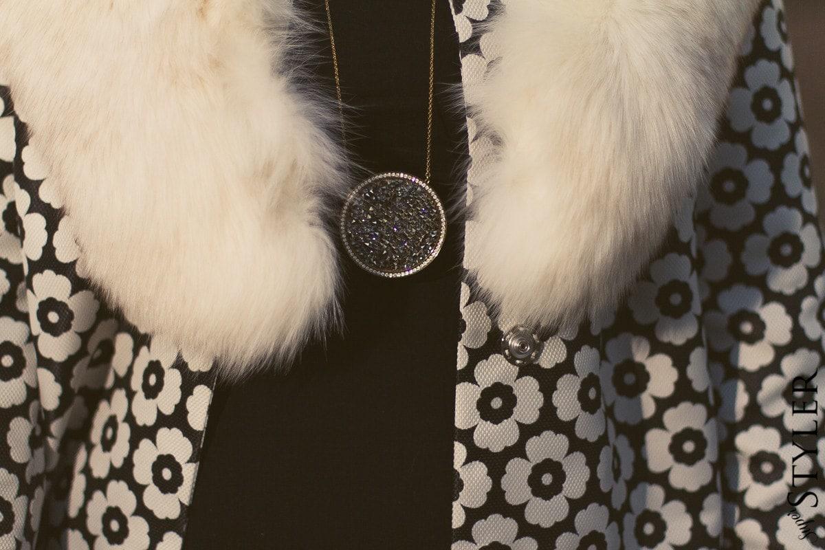 skórzane legginsy,legginsy,czarne legginsy, czarny golf,dopasowany golf,botki na koturnie,sznurowane botki,krótkie botki na koturnie,botki,czarne botki,torebka Gucci,lakierowana torebka,torebka z ćwiekami,modne czarne sznurowane botki na koturnie,skórzane czarne legginsy Calzedonia,torebka lakierowana Gucci z ćwiekami,czarny golf,płaszcz Simple,skórzane spodnie