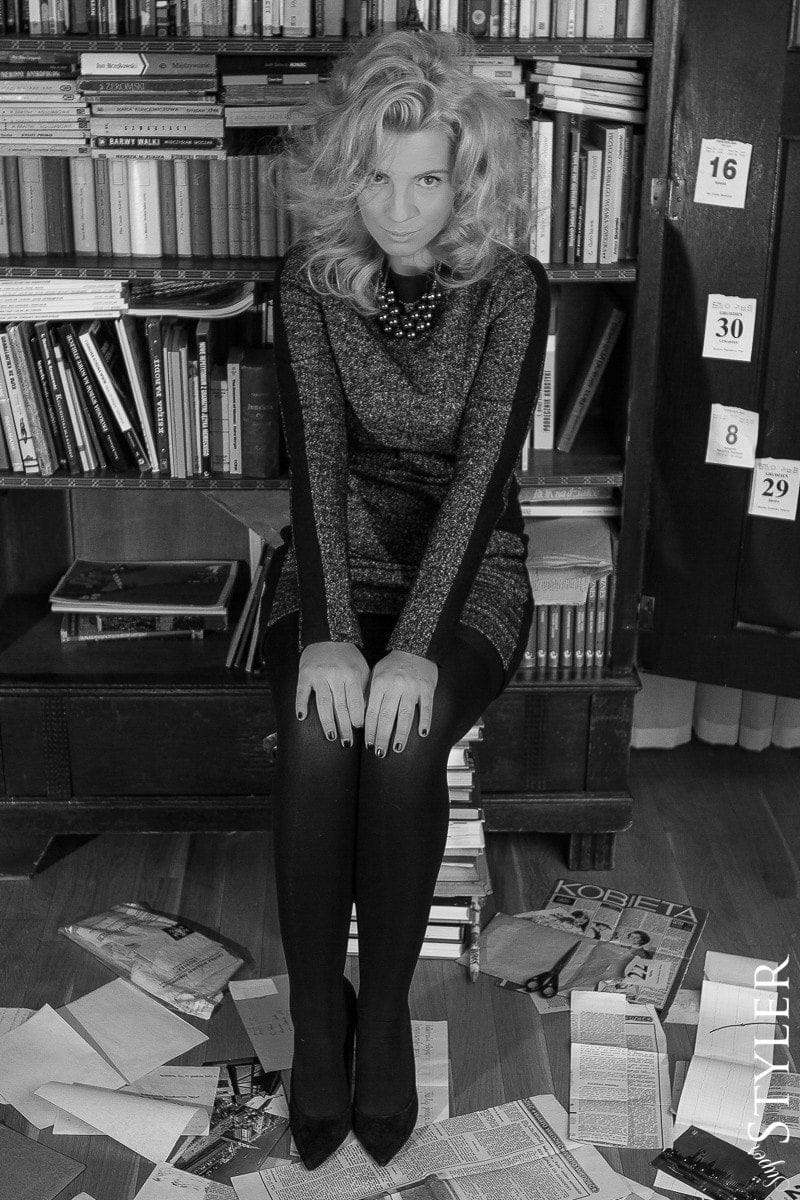 Marilyn Monroe,sukienka Tatuum,Tatuum,sukienka z dzianiny,sukienka grafitowa,sukienka na zimę,czarne szpilki,styl vintage,vintage,pinup,pin-up,pin up,srebrny naszyjnik,kolczyki,kolczyki Coyoco,kolczyki Swarovski,Coyoco,Swarovski,loki,