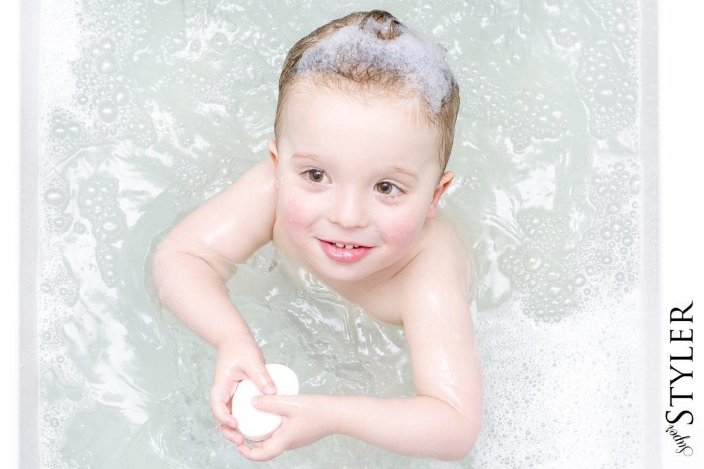 dziecko w kąpieli