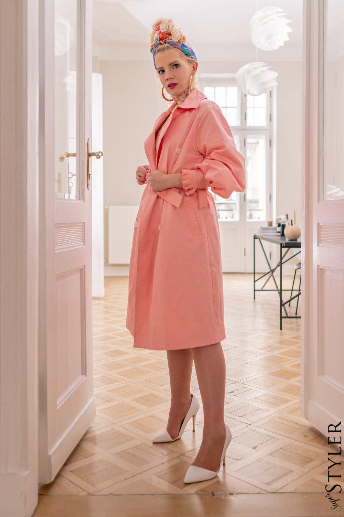 różowy płaszcz białe szpilkii