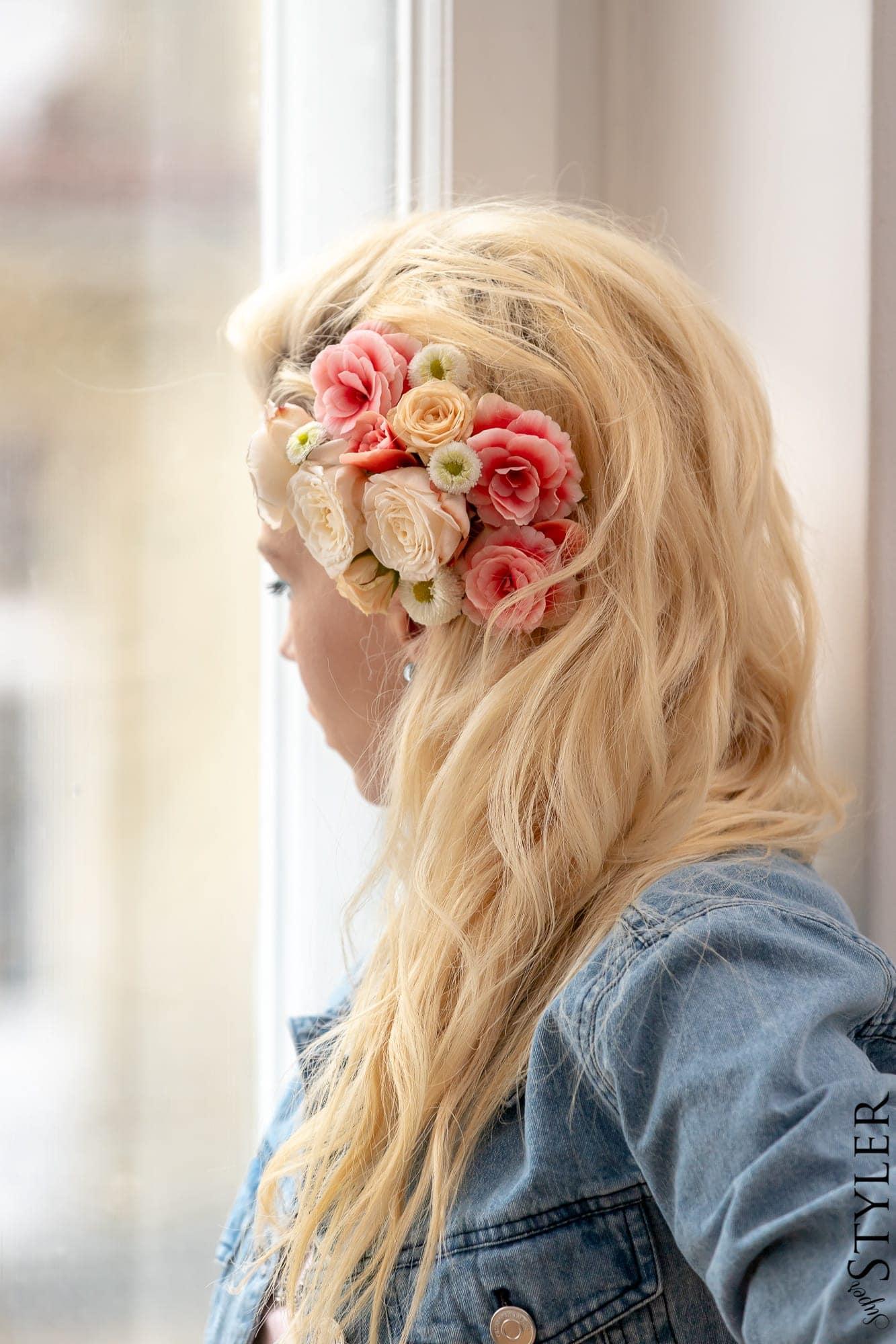 żywe kwiaty we wlosach